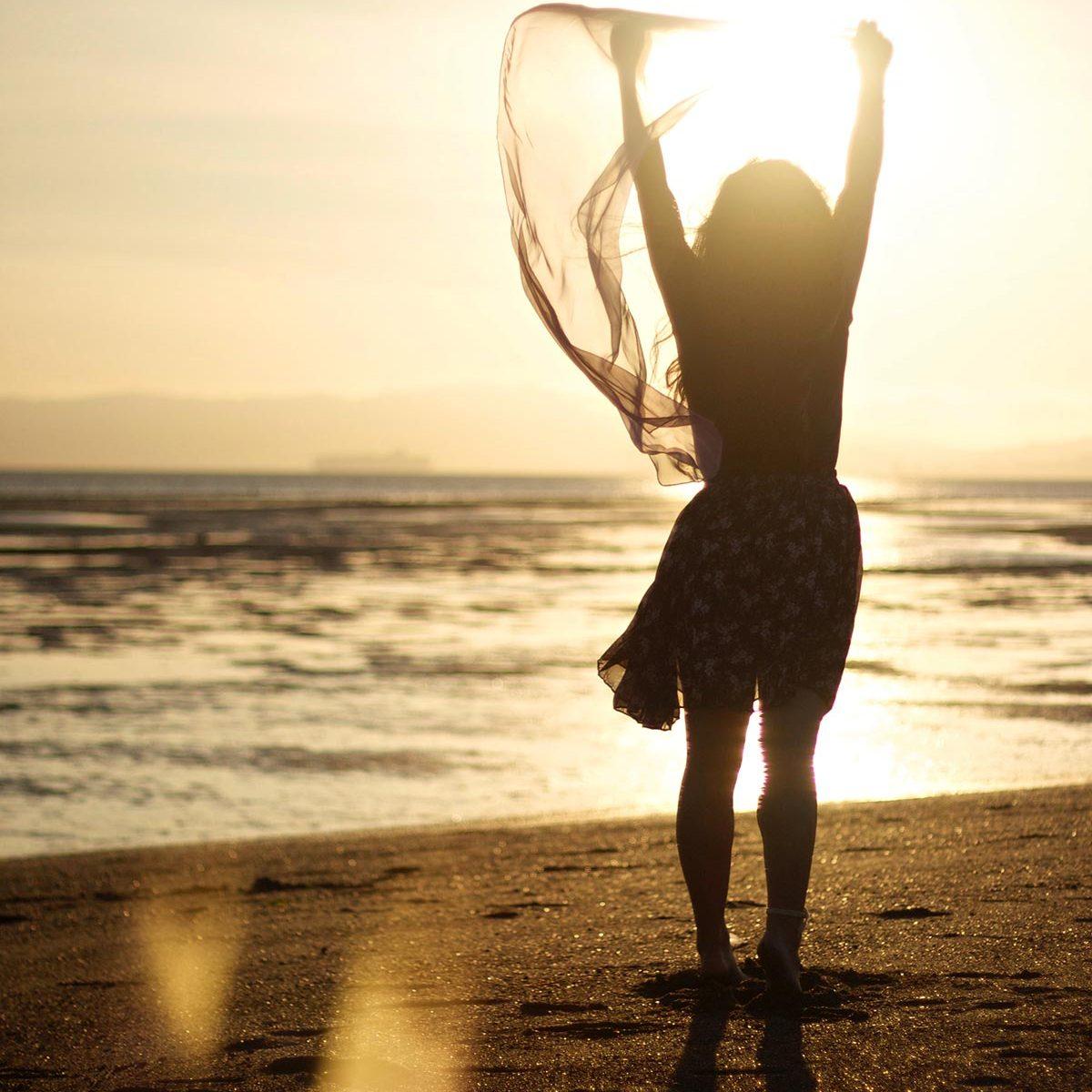 Visuel femme danse plage, elleOZ